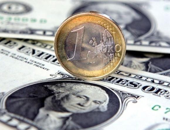 Deficit verejných financií eurozóny klesol, euro posilnilo