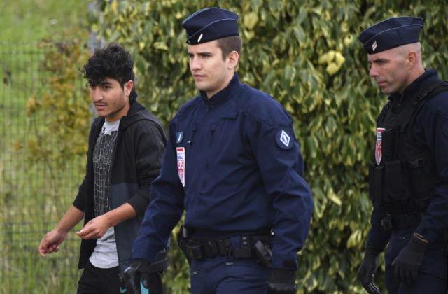 Francúzska polícia núti stovky imigrantov opustiť provizórny tábor, túžia sa dostať do Británie