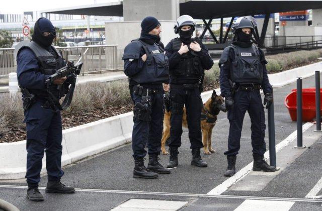 Polícia zatkla krajných pravičiarov, ktorí plánovali teroristické útoky na mešity a utečencov