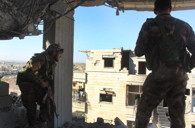 Hlavné mesto terorizmu padlo, kurdsko-arabské jednotky Rakku oslobodili od Islamského štátu