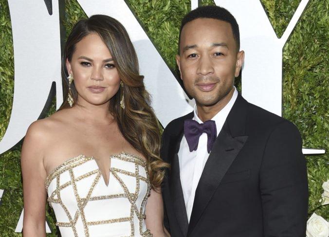 Chrissy Teigen a John Legend čakajú druhé dieťa, pochválili sa videom na Instagrame