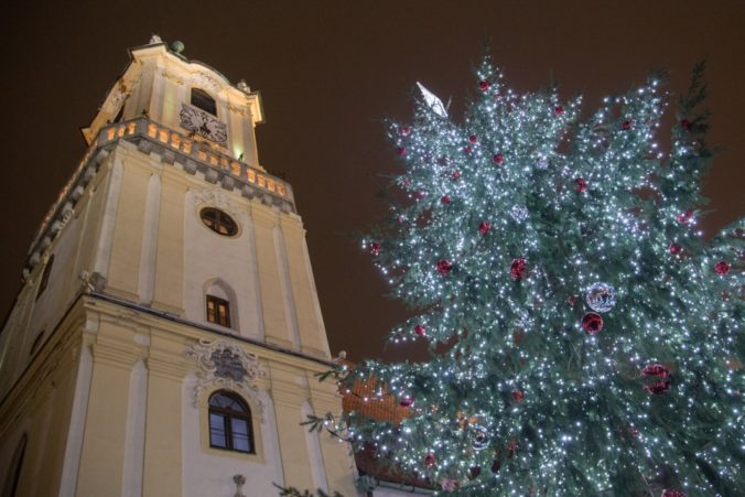 Foto: V Bratislave rozsvietili stromček, začali sa vianočné trhy