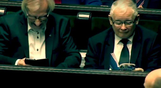 Video: Kaczynski si počas kľúčového zasadnutia parlamentu čítal príručku o mačkách