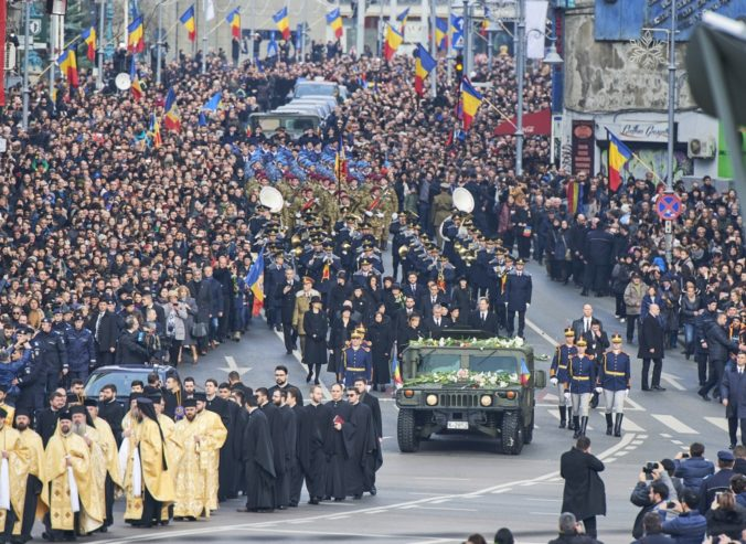 Video: Desiatky tisíc Rumunov sa rozlúčili so zosnulým bývalým kráľom, prišiel aj princ Charles