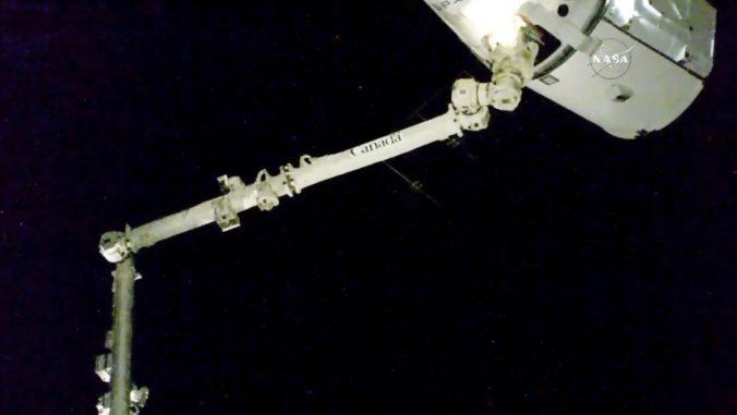 Video: Vesmírna loď Dragon priviezla zásoby na ISS, austronauti dostali aj špeciálny darček