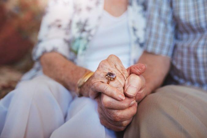 Dvaja muži prepadli dôchodkyňu v jej dome, udreli ju pištoľou do tváre a chceli peniaze