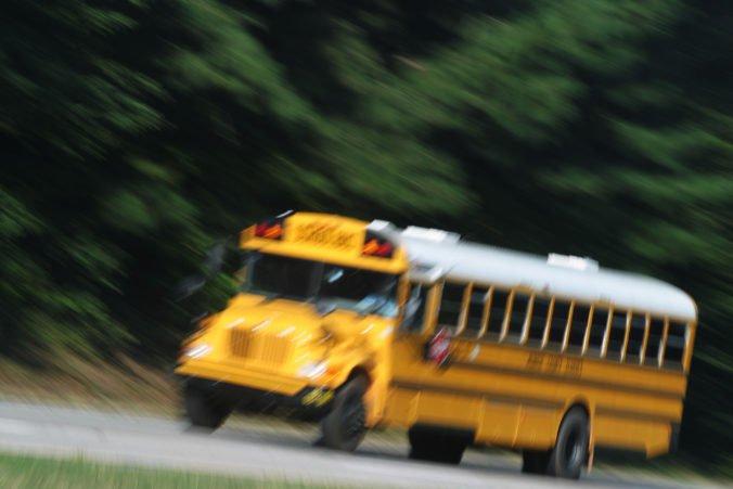 Tínedžer z New Jersey ukradol školský autobus, pri naháňačke s políciou s ním nabúral
