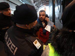 V Rakúsku zadržali český autobus s migrantmi a šiestimi kilogramami konope