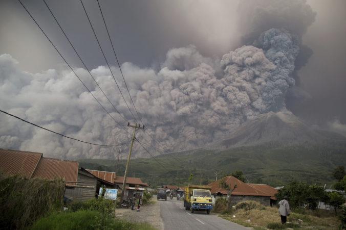 Foto: Sopka Sinabung sa opäť ozvala, chrlila popol do výšky päť kilometrov