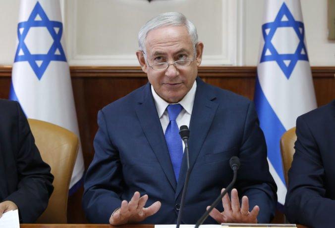 Izraelský premiér Netanjahu slovne zaútočil na Irán, ukázal kus dronu, ktorý bol zostrelený