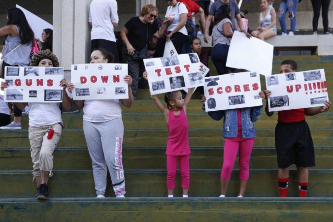 Nahnevaní študenti a učitelia v USA žiadajú prísnejšie zbrojné zákony