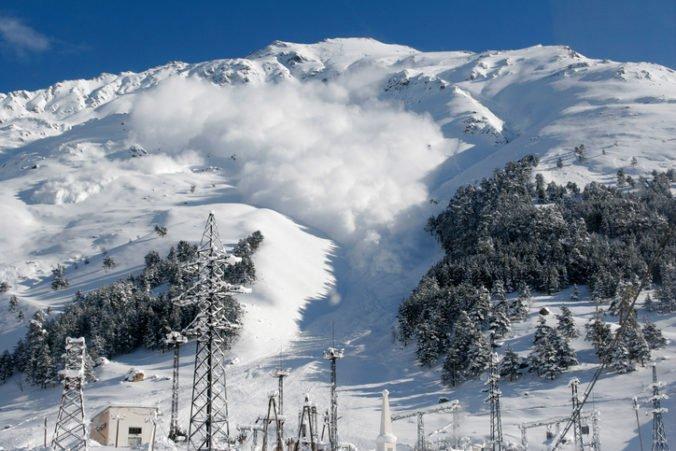 Lavína vo švajčiarskych Alpách zasypala dvoch ľudí, nie sú v ohrození života