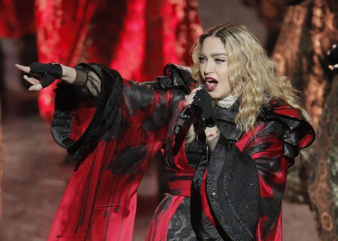 Madonna bude režírovať životopisnú snímku Taking Flight