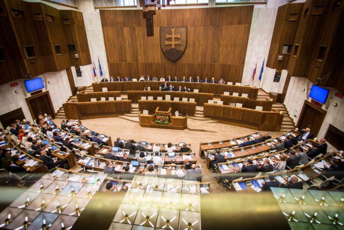 Online: Poslanci budú hlasovať o dôvere Pellegriniho vláde, do parlamentu sa vrátili Fico aj Kaliňák