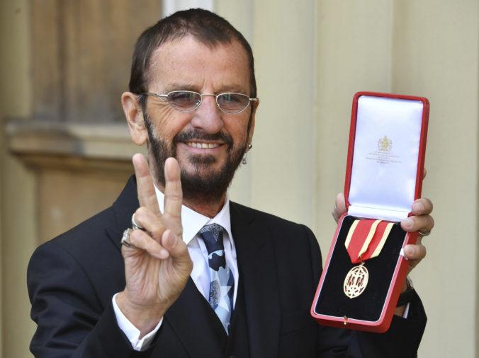 Bývalý bubeník The Beatles Ringo Starr prijal rytiersky titul