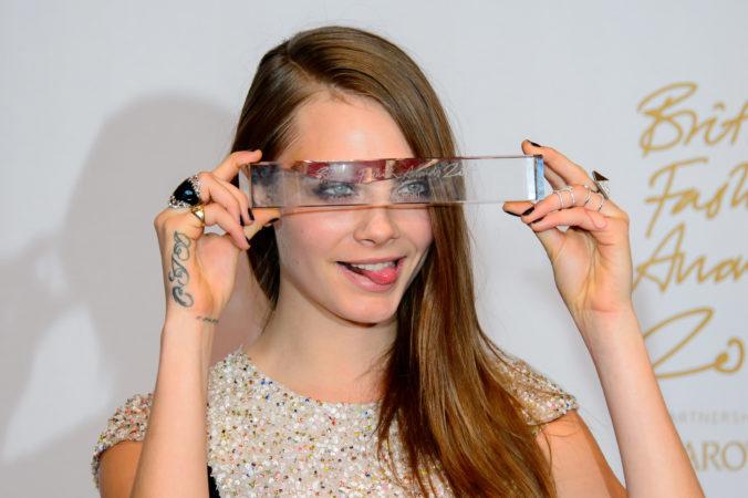 Modelka Cara Delevigne kritizovala majiteľa festivalu Coachella, vyčíta mu aj podporu zbraní