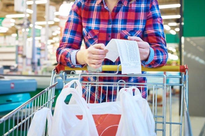 Príplatky za prácu v noci a cez víkend spôsobia zdražovanie potravín, upozorňujú obchodníci