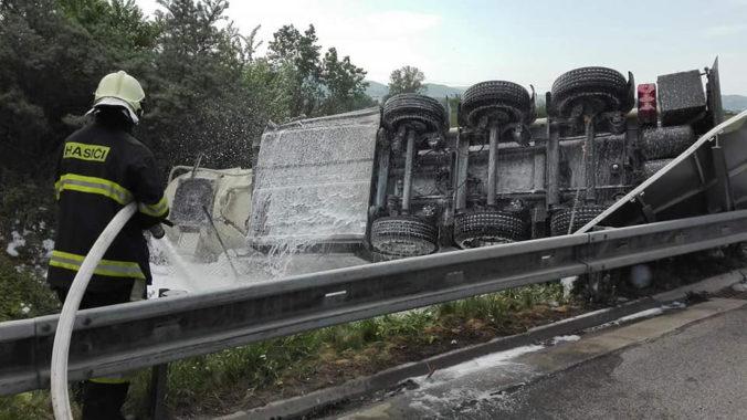 Na diaľnici D2 smerom na Stupavu sa zrazili dva kamióny, v jednom vozidle je zakliesnený vodič