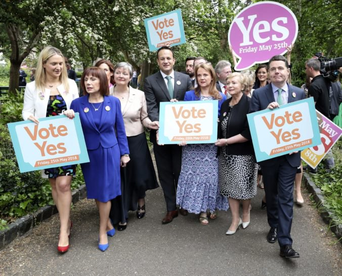 V Írsku sa koná referendum o potratoch, premiér Varadkar adresoval ľuďom výzvu
