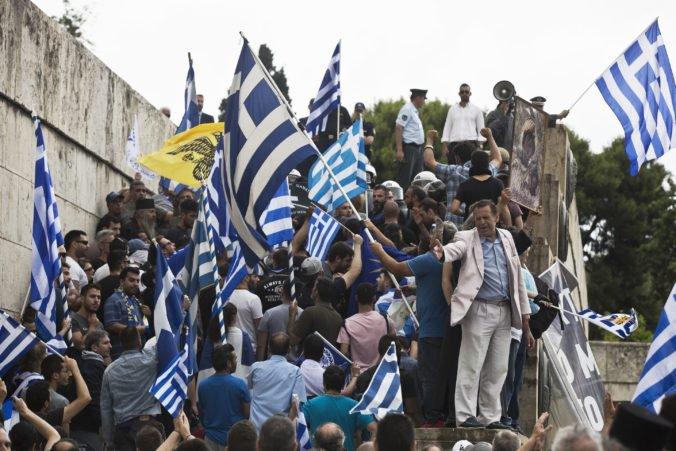 Grécka vláda ustála hlasovanie o vyslovení nedôvery, pred parlamentom protestovali tisícky ľudí
