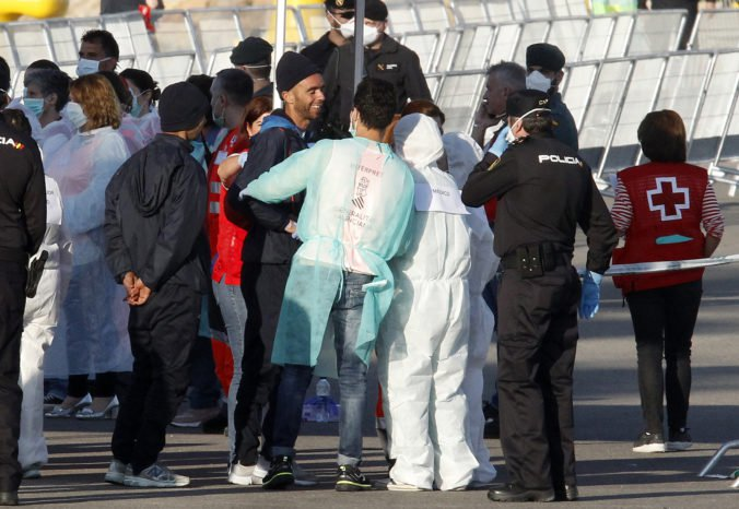 Prvá loď so stovkami migrantov zakotvila v Španielsku, počas dňa očakávajú príchod ďalších