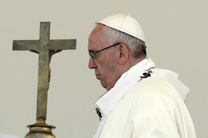 Pápež s obavami sleduje dramatický osud ľudí v Jemene, vyzval na rokovania