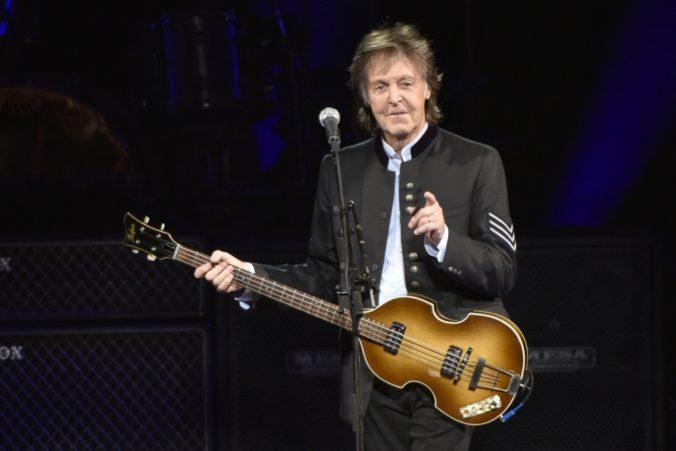 Video: Paul McCartney prekvapil fanúšikov tajným koncertom v Liverpoole