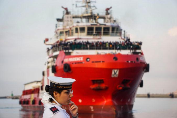 Taliansko zablokovalo prístup do prístavov, mimo zostali dve nemecké záchranné lode bez migrantov