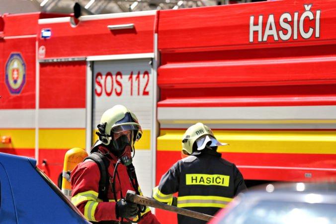 Hasiči zasahujú v obci Brestov, v kravíne vypukol požiar