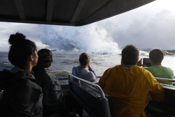 Foto: Láva zo sopky Kilauea na Havaji preletela cez strechu lode, desiatky pasažierov sú zranení