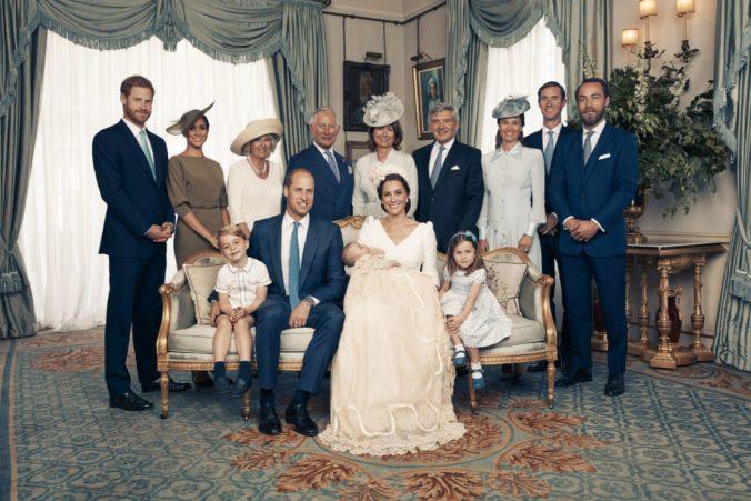 Foto: Britská kráľovská rodina zverejnila oficiálne rodinné fotografie po krste princa Louisa