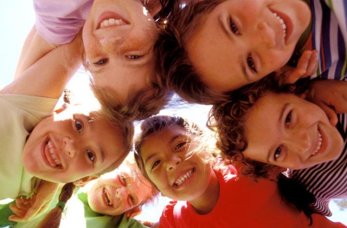 Slovenské deti si začali viac sporiť, prieskum odhalil aj vekový posun pri získaní prvého mobilu