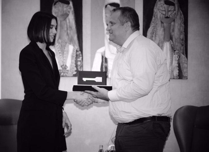 Foto: Anglická speváčka Dua Lipa dostala symbolický kľúč od kosovského hlavného mesta Priština