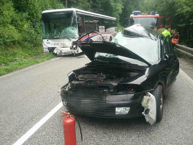 Nehoda autobusu na diaľnici si vyžiadala desiatky životov