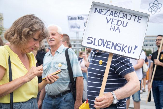 Foto: Šajgalík na proteste žiadal o pomoc vládu SR, Slovenská akadémia vied sa obáva o svoju budúcnosť