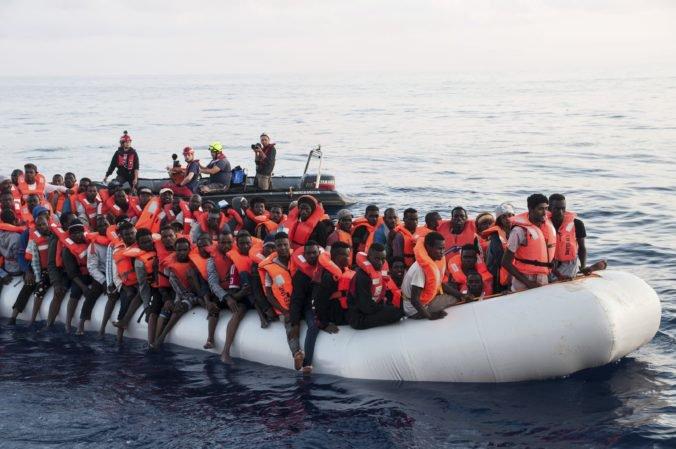 Malta povolila vplávať záchranárskej lodi s migrantmi do prístavu, tá však utečencov neprijme