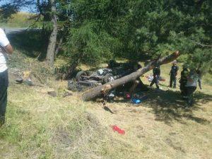 Auto čelne narazilo do stromu, nehoda sa stala medzi obcami Málaš a Farná