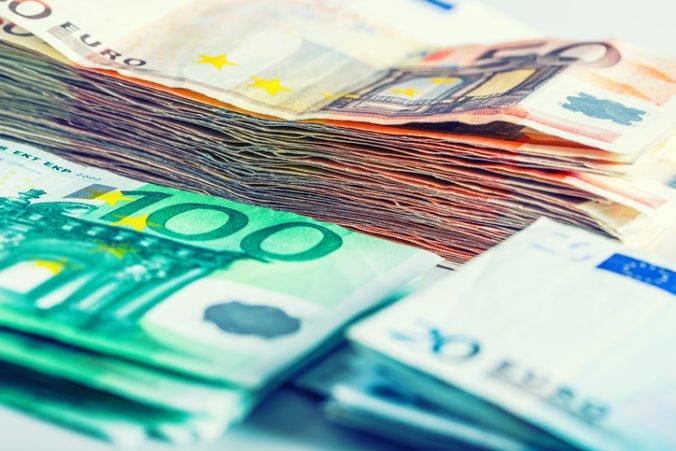 Spoločná európska mena oslabila, dolár posilnil voči jenu a turecká líra klesla na svoje minimum