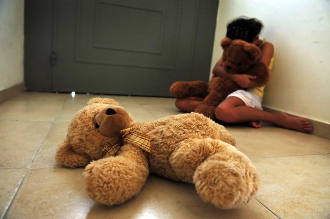 Zadržali rodičov pre týranie svojich detí, zamykali pred nimi chladničku aj kúpeľňu