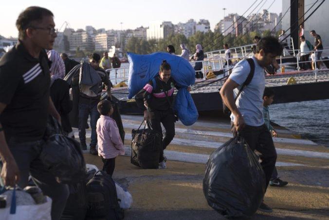 Z preplneného tábora na gréckom ostrove Lesbos odviezli štyristo žiadateľov o azyl