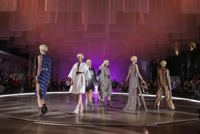 Prvý deň Fashion LIVE! odhalil veľkolepú scénu s efektnými textíliami, na ktorú sa spotrebovalo viac ako kilometer látky