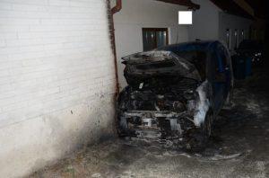 V centre Hlohovca horelo osobné auto, hasiči vyšetrujú príčinu požiaru