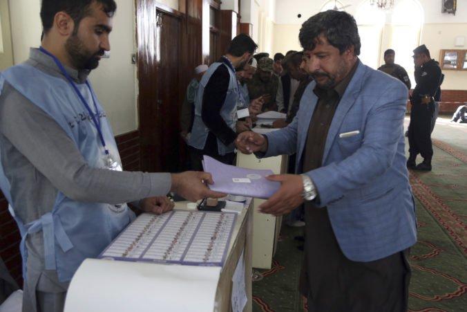 V Afganistane zatvorili volebné miestnosti, voľby sprevádzala séria útokov