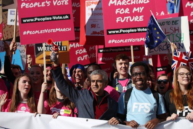 Londýn zaplnili priaznivci nového referenda o brexite, Mayová nové vylučuje