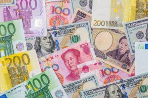 Euro oslabilo voči doláru, lídri EÚ naďalej diskutujú o odchode Británie z bloku