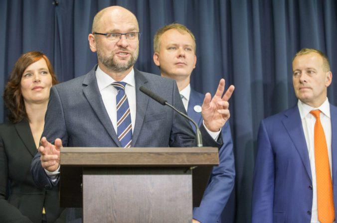 """Osobitný odvod pre obchodné reťazce označila opozícia za """"ďalší nezmysel z dielne Danka"""""""