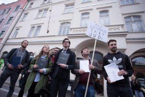 Študenti na proteste vyzvali Andreja Danka, aby ukázal svoju rigoróznu prácu