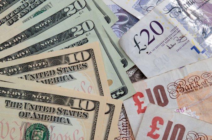 Dolár klesol voči jenu, ale stúpol oproti euru a jüanu