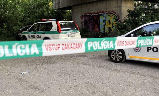 Skupina mladíkov napadla muža na jeho pozemku v Tisovci, do rána zomrel