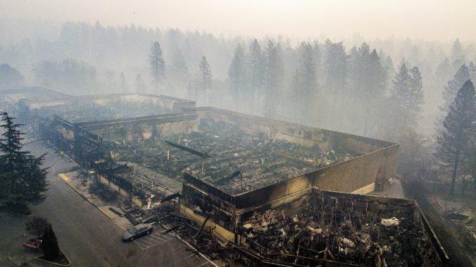 Video: Hasenie požiarov v Kalifornii sťažuje silný vietor, nezvestných je viac než tisíc ľudí